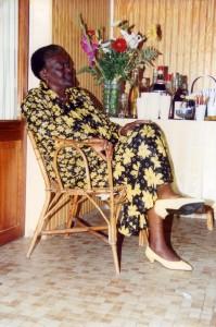 Anita Bazir assise, devant un bouquet de fleurs